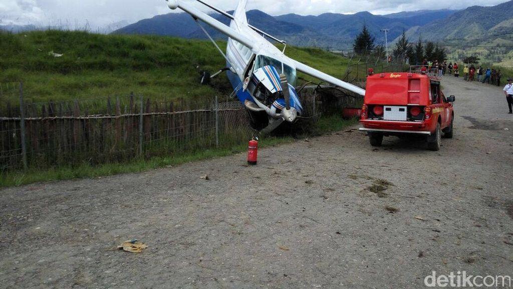 Pesawat Pengangkut BBM Tabrak Pagar Bandara Ilaga Papua