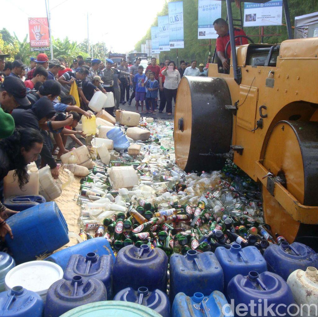 Ribuan Botol Miras Dimusnahkan di Banyumas, Warga Ramai-ramai Menonton