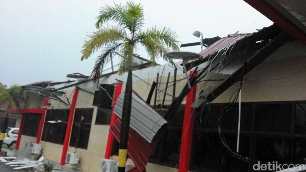 Mapolres Tanjung Balai Karimun Kepri Porak Poranda Diterjang Puting Beliung