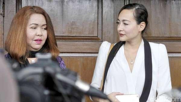 Dewi Rezer Kecewa Marcelino Lefrandt Tak Hadiri Sidang Cerai