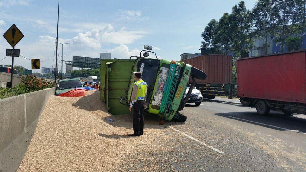 Kecelakaan Beruntun di Bekasi Timur, Lalu Lintas Tol Cikampek Padat