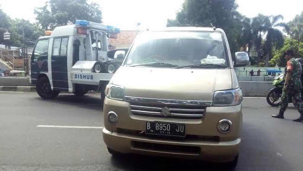 Parkir Sembarangan, 15 Mobil di Jakarta Timur Diderek