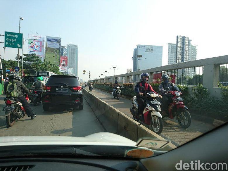 Lihat Pemotor ini, Takut Polisi dan Lawan Arah di Jalur TransJ Gatot Subroto