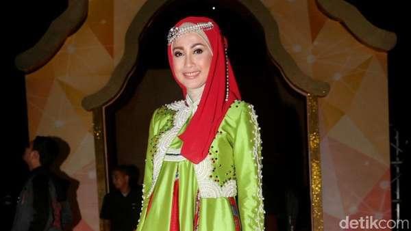 Desy Ratnasari Bergaya dengan Busana Muslim ala Hanbok, Love It?