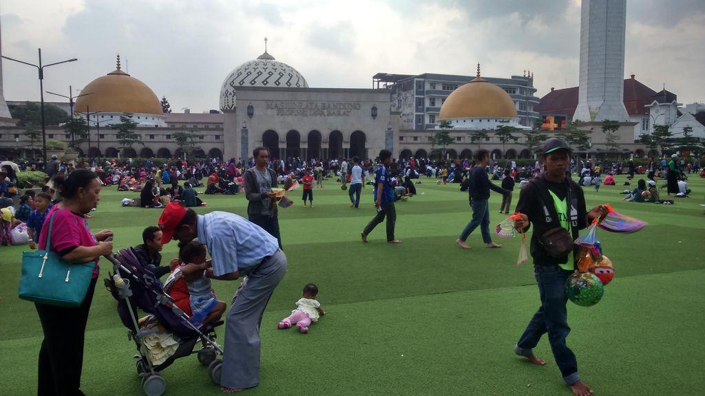 Rumput Sintetis Alun-alun Jadi Primadona Tempat Ngabuburit di Bandung