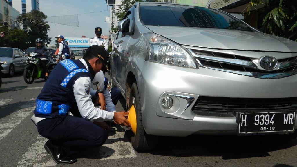 Parkir Sembarangan, Puluhan Mobil di Semarang Digembok Petugas Dishub
