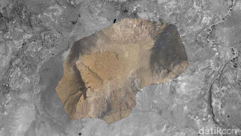 Sebuah Monumen Besar nan Misterius Ditemukan di Petra