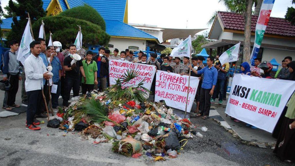 Mahasiswa Demo Taruh Sampah di Depan Rumah Dinas Wali Kota Pekanbaru