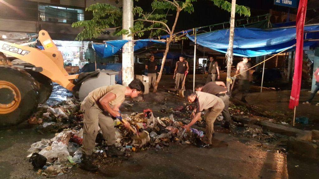 Satpol PP Kerja Keras Angkut Sampah yang Berserakan di Pekanbaru