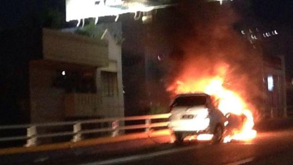 Mobil Terbakar di Tol Dalam Kota Arah Semanggi, Penumpang Selamat