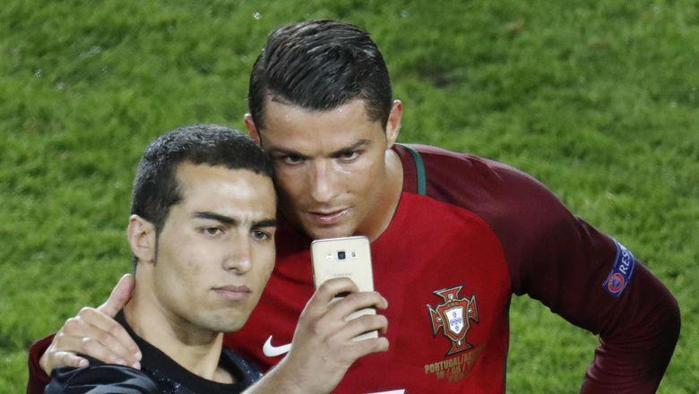 Malam yang Buruk, tapi Ronaldo Masih Layani Permintaan Selfie Fans