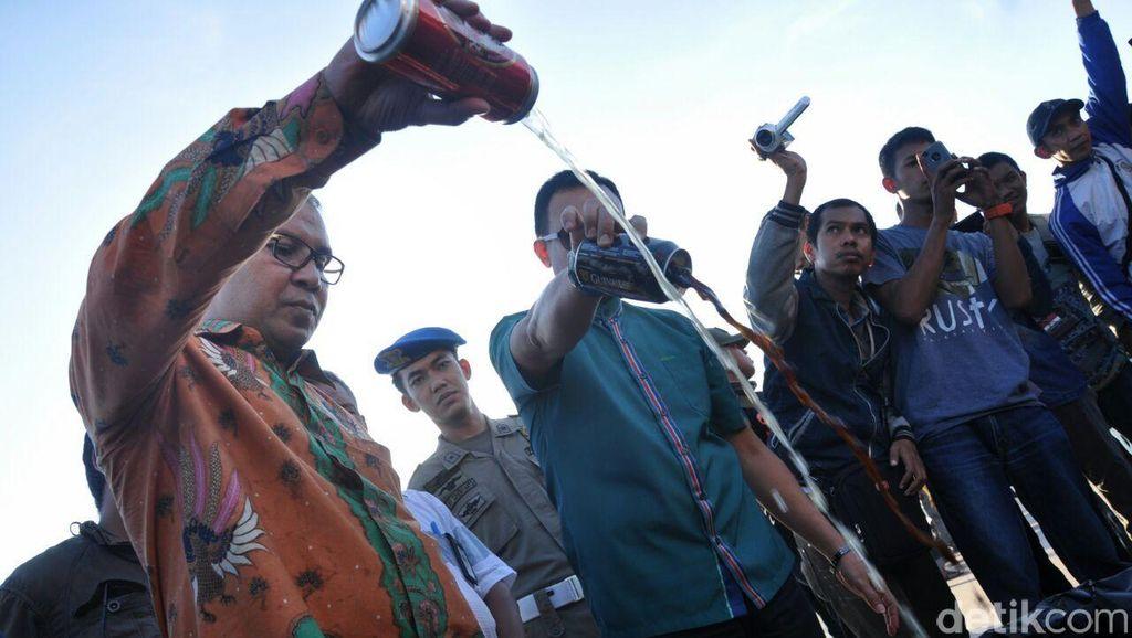 Pemkot Makassar Musnahkan Ribuan Botol Miras