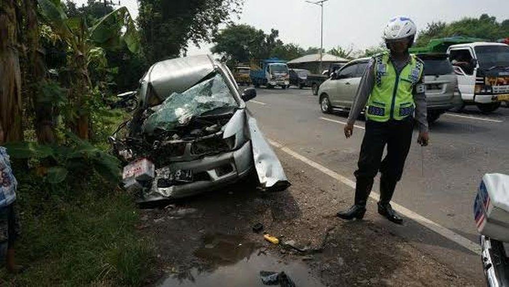 Panther Tabrak Truk Tronton di Jombang, Empat Orang Luka