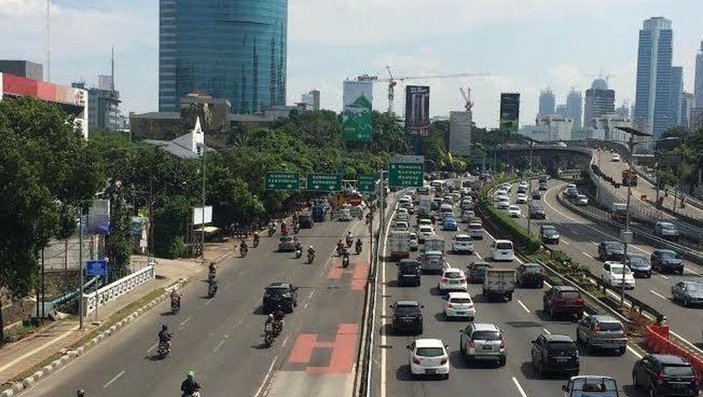 Pengendara Motor dan Mobil Tetap Santai Terobos Busway di Jl Gatot Subroto