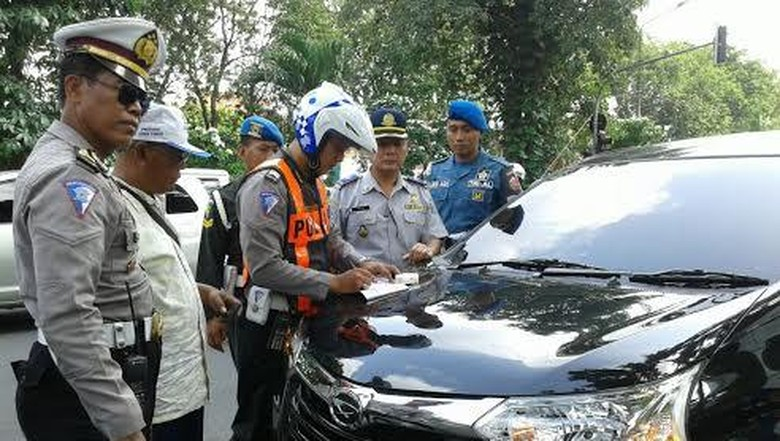 Polisi Kandangkan 11 Taksi Berbasis Aplikasi Online di Jakarta