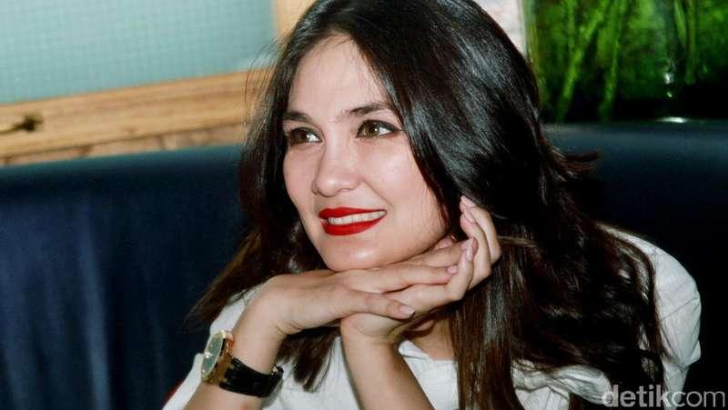 Bibir Merah Luna Maya, Kedekatan Dirly dan Celine Evangelista