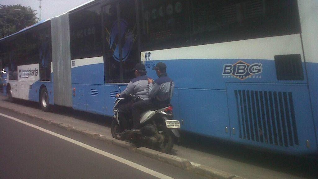 Petugas Sudinsos Terobos Jalur TransJ di Cawang