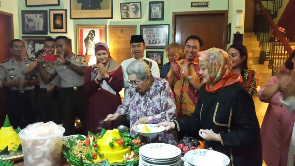 Ultah ke-91, Istri Jenderal Hoegeng Dapat Kejutan dari Polres Depok