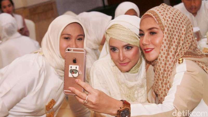 Marini Zumarnis Asyik Selfie Bareng Inneke Koesherawati