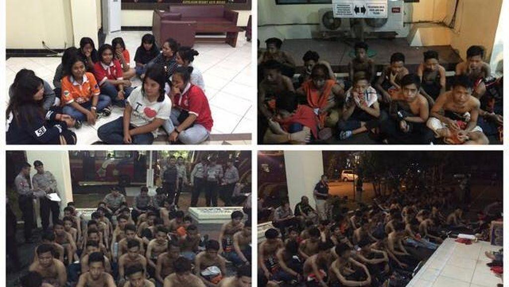 Polisi Amankan 122 Orang Suporter Bola yang Rusak Kios Bakso di Cikarang