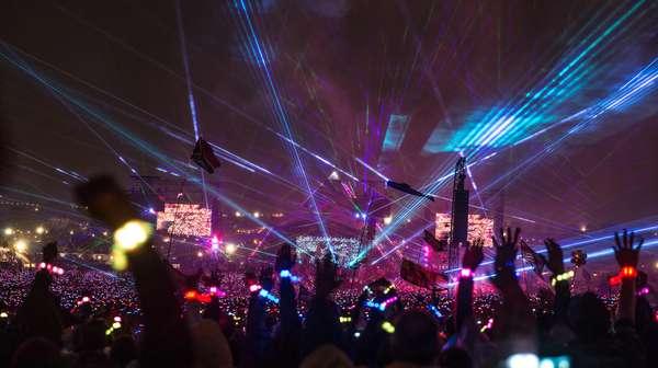 Kelas! Coldplay Tutup Glastonbury Festival dengan Maksimal
