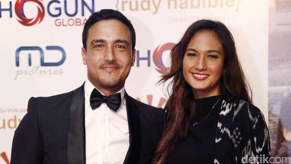 Nadine Chandrawinata Gandeng Hamish Daud di Red Carpet Rudy Habibie