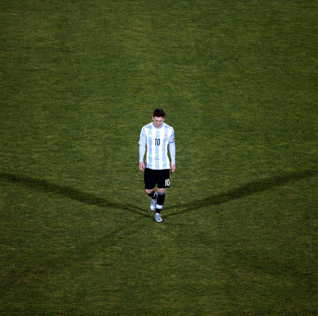 Tak Jadi Pensiun dari Timnas, Messi Dikritik Maradona