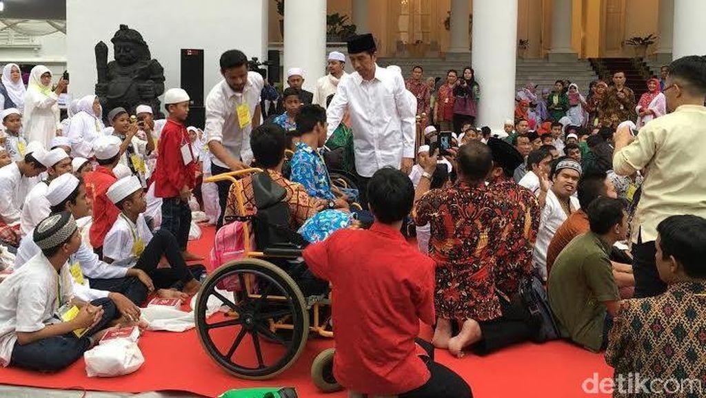 Jokowi Ajak Ratusan Anak Yatim Buka Puasa Bersama di Halaman Istana Bogor