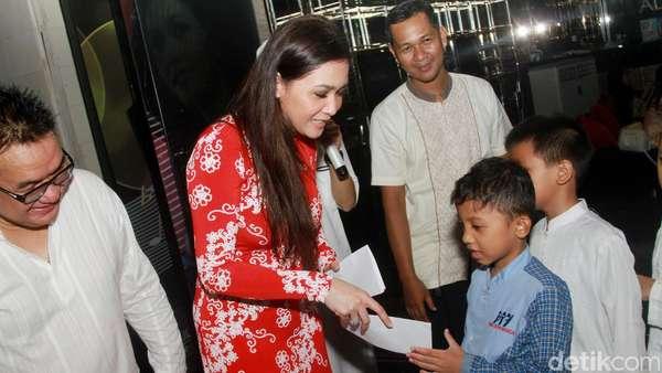 Maia Estianty Berbagi dengan Anak Yatim