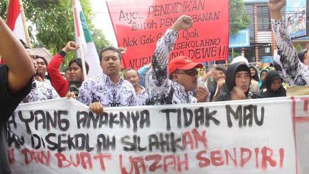 Ratusan Guru Gelar Aksi Solidaritas Rekan Seprofesi yang Jalani Sidang Kasus Penganiayaan