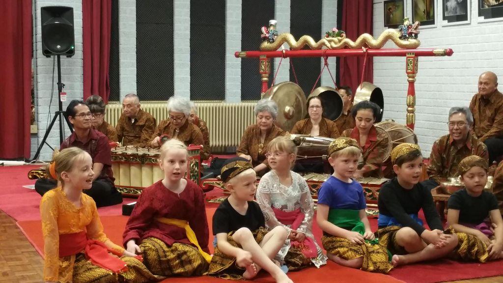 Lucunya Anak-anak Bule Belanda Menyanyikan Gundul-gundul Pacul