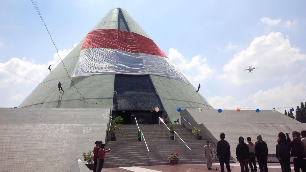 67 Tahun Kembalinya Yogya ke RI, Bendera Raksasa Dibentangkan di Monjali