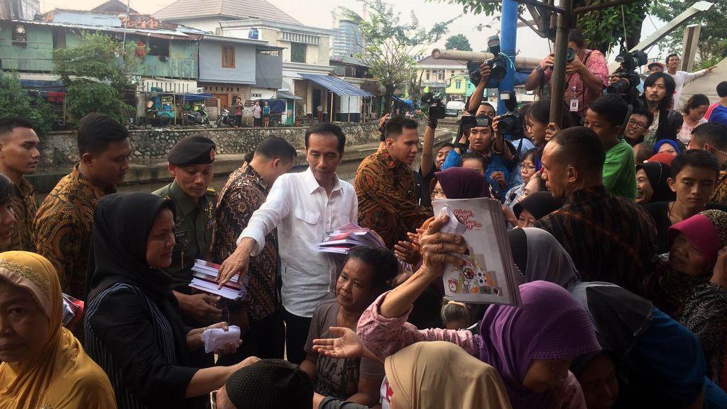 Jokowi Bagi-bagi Buku, Amplop dan Sembako di Kwitang
