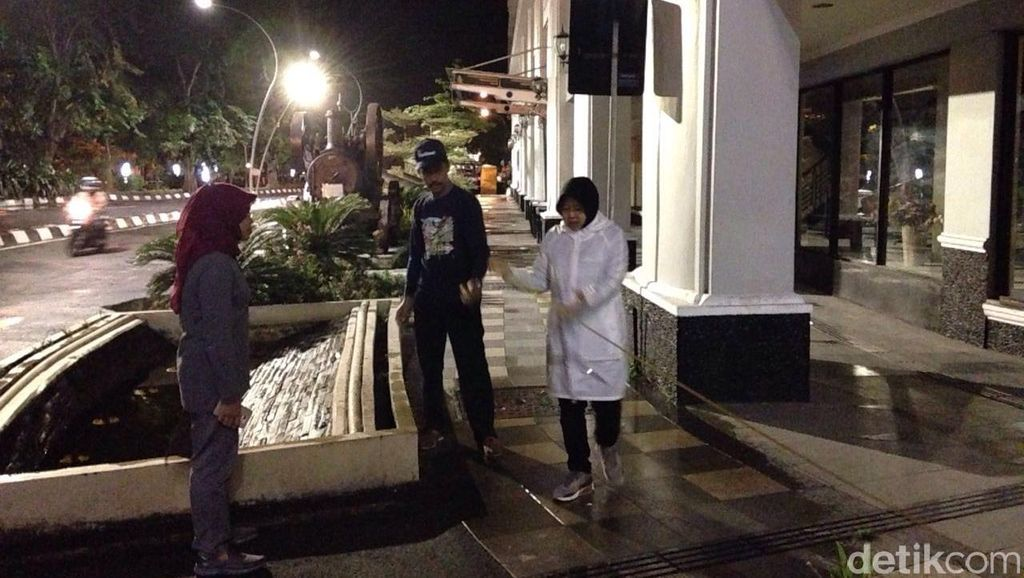 Jelang Sahur, Risma Sidak Pemasangan Lampu Hias di Jalan Tunjungan