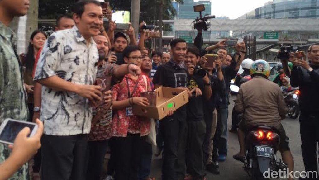 Saut Situmorang Bagi-bagi Takjil ke Pengendara di Depan KPK