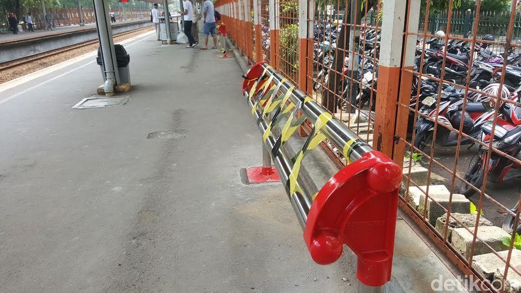 Kursi ala Jemuran di Stasiun Kereta yang Bikin Gaduh Penumpang