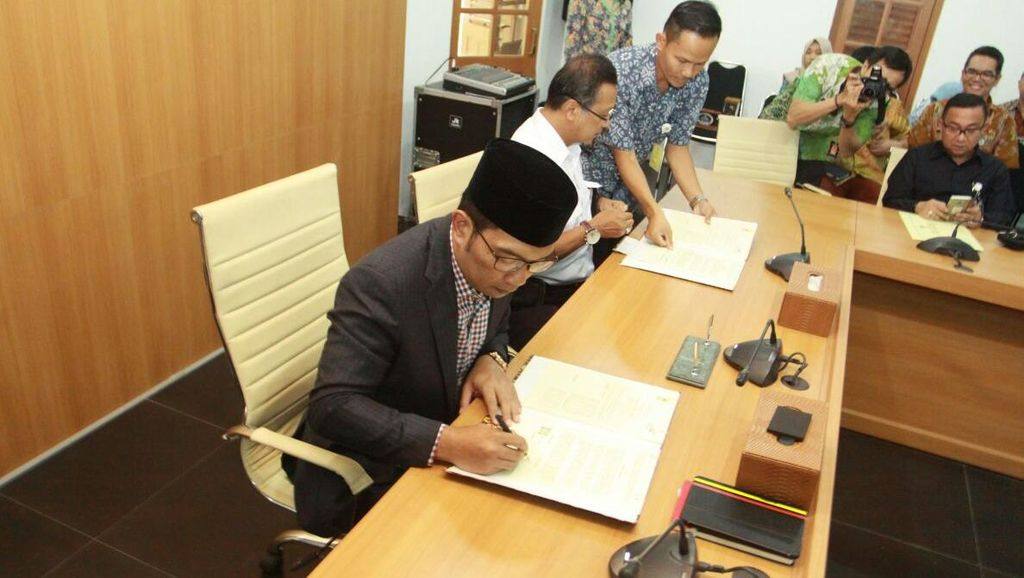 Ridwan Kamil dan Dirut PT KAI Teken Kerja Sama Pembangunan