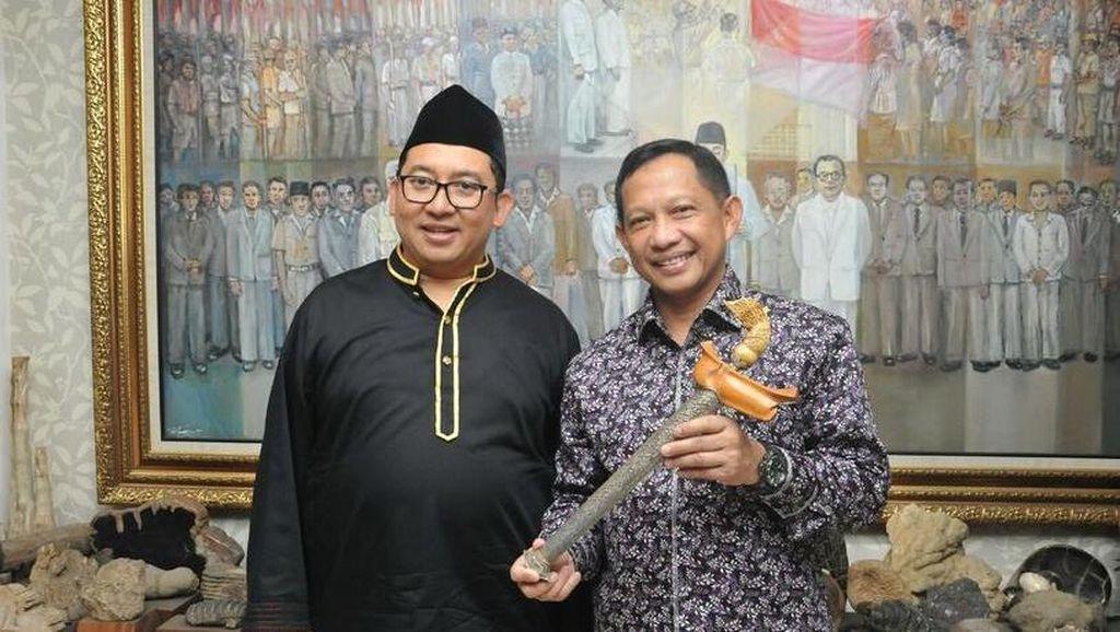 Kunjungi Fadli Zon Library, Komjen Tito Dapat Kenang-kenangan Keris Sumatera
