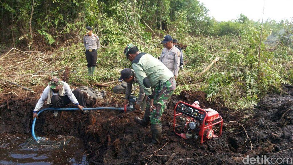 Polri, TNI dan Masyarakat Berjibaku Padamkan Kebakaran Lahan di Dumai