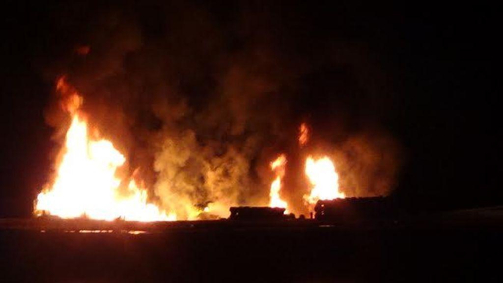 Perahu Muat Sembako Terbakar di Pelabuhan Sumenep, Tiga ABK Selamat