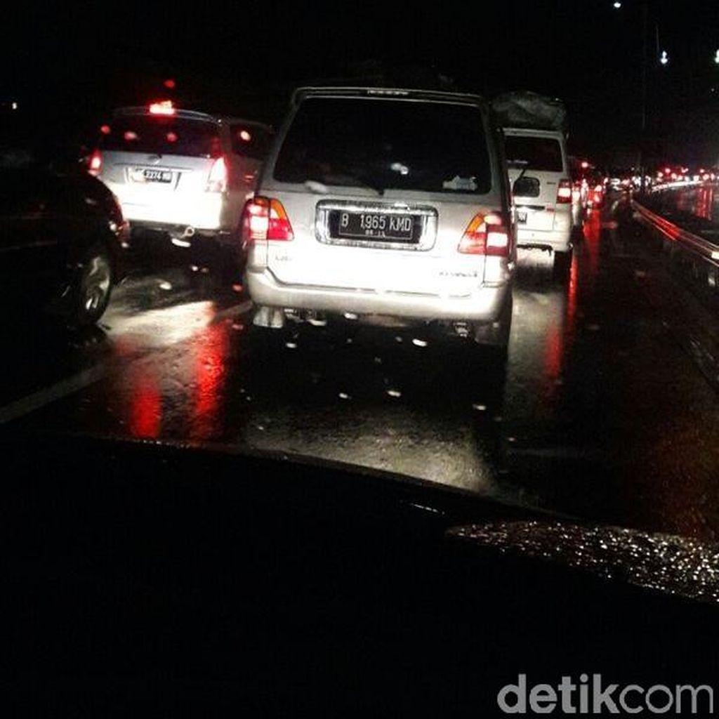 Kendaraan Padat di Gerbang Tol Palimanan Tengah Malam Ini