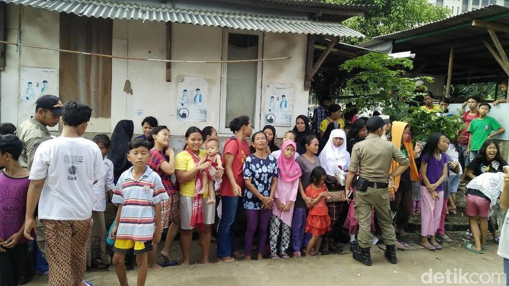 Riuh Warga RW 19 Depok Menanti Jokowi Bagi-bagi Sembako