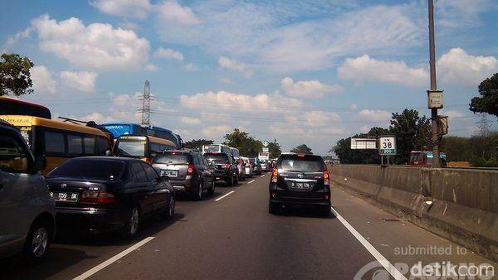 Arus Tol Jakarta-Cikampek Macet dari KM 36 Hingga Rest Area 57