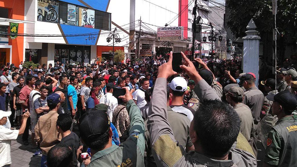 Melawan, PKL Alun-alun Bandung Akan Tetap Jualan Hingga Malam Takbiran