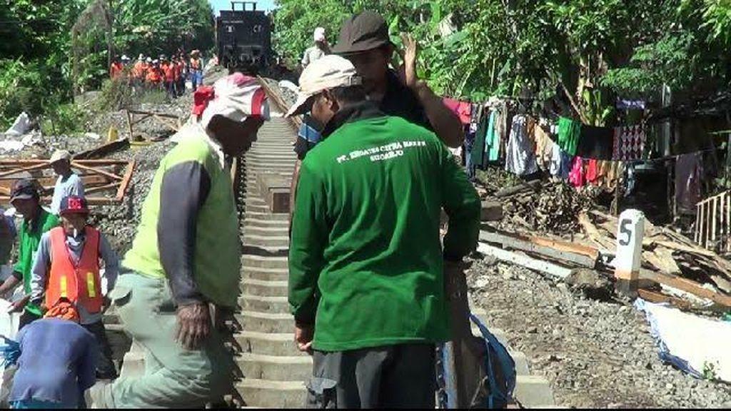 Ini Kerja Keras Pekerja agar Jalur Kereta Surabaya-Banyuwangi Bisa Dilalui