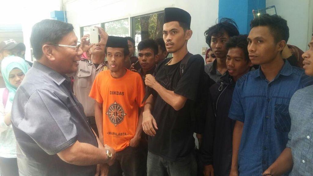 Cek Pelabuhan Makassar, Wakil Ketua DPD Temui Pemudik yang Belum Dapat Tiket
