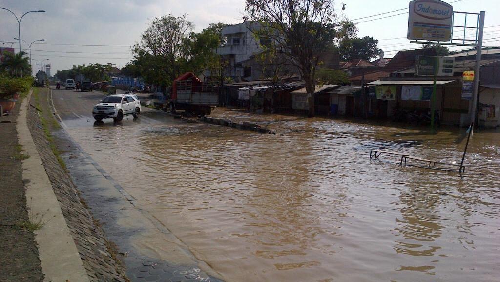 Pantura Semarang Tergenang Rob, Lalu Lintas Masih Lancar