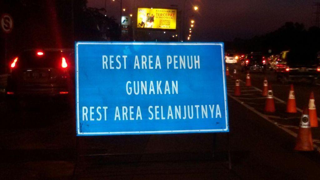 Ini Penyebab Tol Cikampek arah Jakarta Alami Kepadatan Malam Ini