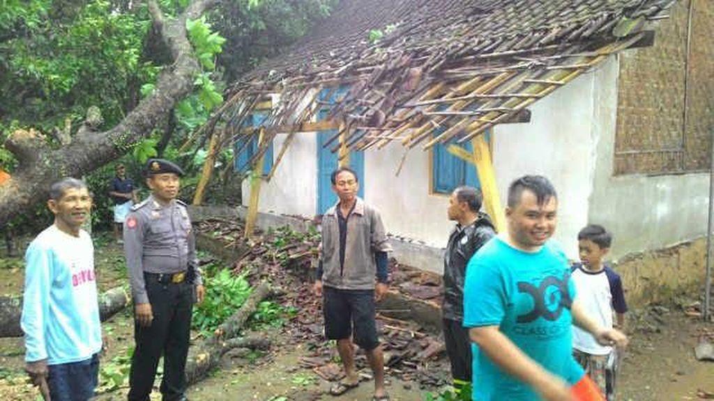 Puting Beliung Robohkan Puluhan Pohon di Blitar