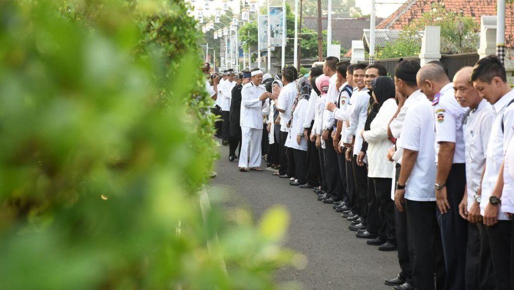 Hari Pertama Kerja, Bupati Dedi Jemput PNS di Gerbang Pendopo Purwakarta